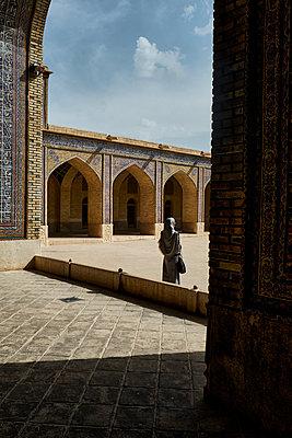 Frau mit Kopftuch in Moschee, Nasir ol Molk Moschee - p1146m1445127 von Stephanie Uhlenbrock