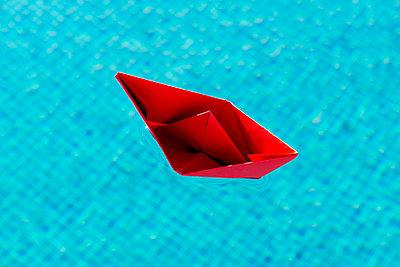 Rotes Papierschiffchen - p451m940556 von Anja Weber-Decker