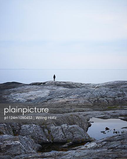 Frau blickt auf Meer - p1124m1090453 von Willing-Holtz