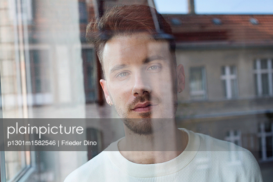 Portrait eines Mannes hinter einer Fensterscheibe - p1301m1582546 von Delia Baum