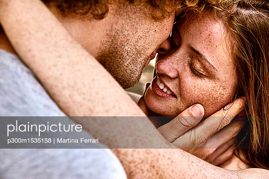 plainpicture | Photo library for authentic images - plainpicture p300m1535158 - Happy young couple hugging - plainpicture/Westend61/Martina Ferrari