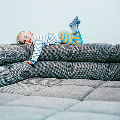 Little boy resting on sofa back - p606m2178648 by Iris Friedrich