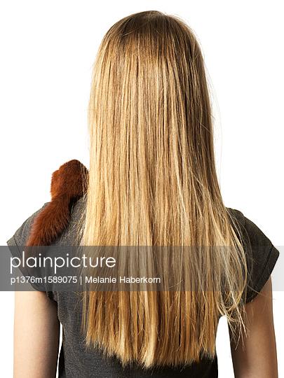 Das Mädchen mit dem Eichhörnchen - p1376m1589075 von Melanie Haberkorn