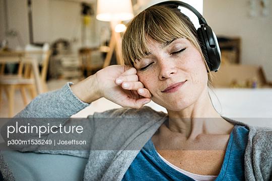 plainpicture | Photo library for authentic images - plainpicture p300m1535249 - Relaxed woman with closed e... - plainpicture/Westend61/Joseffson