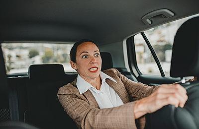 Benalmadena Costa, Malaga, Andalucia, Spain - Casual business woman inside a taxi. - p300m2264918 von David Molina Grande