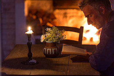 Man reading book - p312m1228868 by Ulf Huett Nilsson
