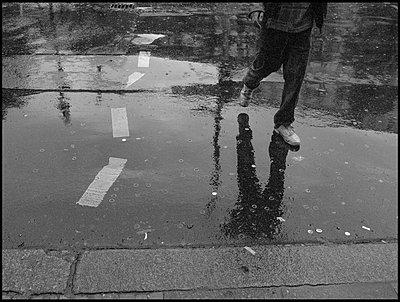 Berlin, fussgaenger beim ueberqueren der strasse hoehe gorlitzer park in kreuzberg - p627m1035697 von Django Knoth