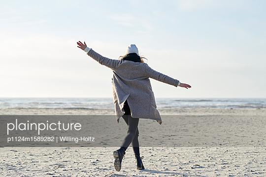 Balance am Strand - p1124m1589282 von Willing-Holtz