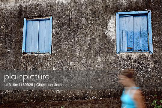 Junge Frau läuft an einem alten Haus vorbei, Praia, Santiago, Kap Verde - p1316m1160928 von Christoph Jorda