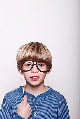 Neue Brille - p249m1055143 von Ute Mans