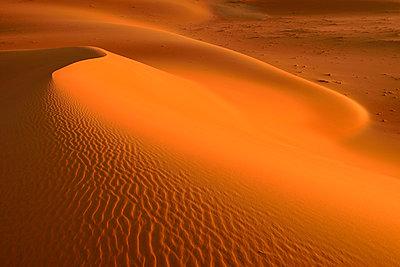 United Arab Emirates, Rub' al Khali, desert sand and ripple marks - p300m2103103 von Egmont Strigl
