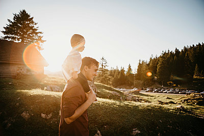 Father carrying little son on shoulders on a hiking trip at sunset, Schwaegalp, Nesslau, Switzerland - p300m2140585 by letizia haessig photography