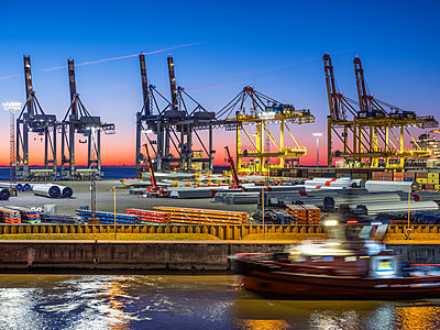 View of the overseas port in Bremerhaven - p390m1563818 by Frank Herfort