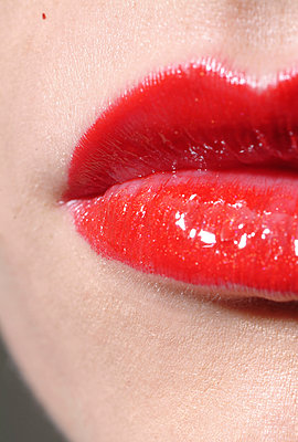 Red lips - p1190m2039260 by Sarah Eick