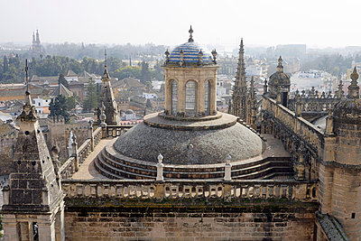 Spain, Sevilla, view to cathedral from Torre Giraldillo - p300m1469174 by Hartmut Loebermann