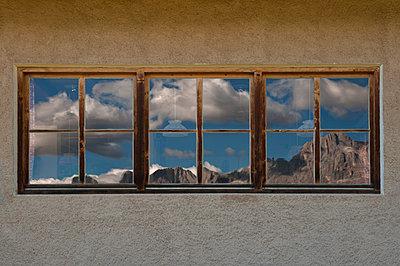 Spiegelung der Rosengartengruppe im Fenster - p470m1110907 von Ingrid Michel