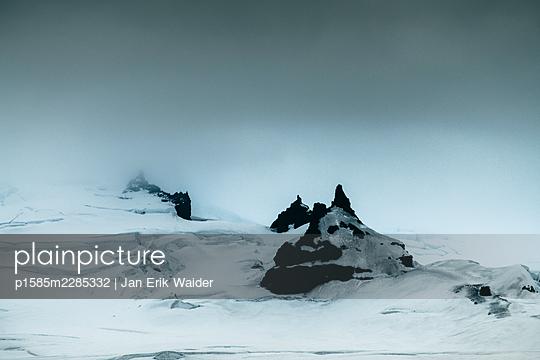 Wild icy landscape - p1585m2285332 by Jan Erik Waider