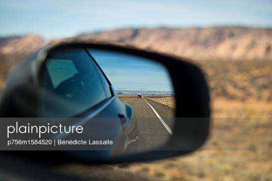 Auto im Außenspiegel - p756m1584520 von Bénédicte Lassalle