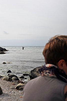 Angler und Frau am Strand - p900m1091354 von Michael Moser