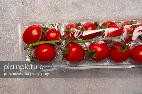 Tomaten in einer Verpackung aus Plastik  - p1212m2054203 von harry + lidy