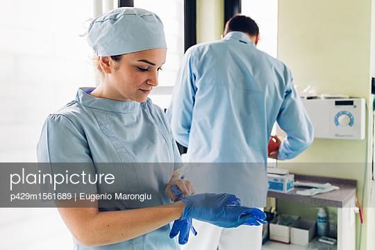 plainpicture - plainpicture p429m1561689 - Female dentist in dentist o... - plainpicture/Cultura/Eugenio Marongiu