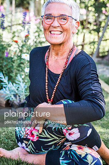 Portrait Of A Happy Elderly Woman Practising Yoga   - p847m2104930 by Evelina Rönnbäck