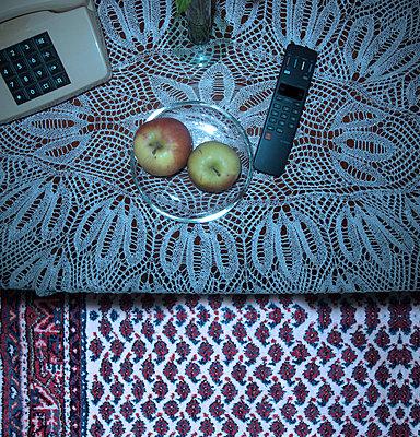 Tisch mit Telefon - p230m889856 von Peter Franck