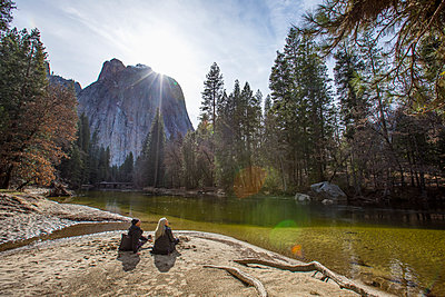 Caucasian couple sitting near river - p555m1444247 by Steve Smith