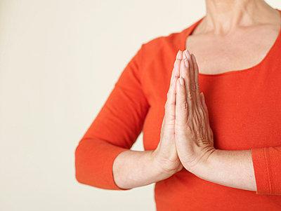 Reife Frau beim Yoga  - p6430187f von senior images RF