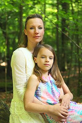 Mutter und Tochter im Wald - p045m916864 von Jasmin Sander