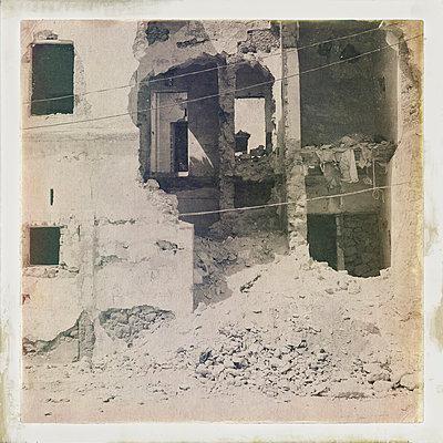 Zerstörtes Wohnhaus - p819m972596 von Kniel Mess
