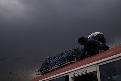 Menschen auf dem Dach eines Bus - p9791961 von Kriwy