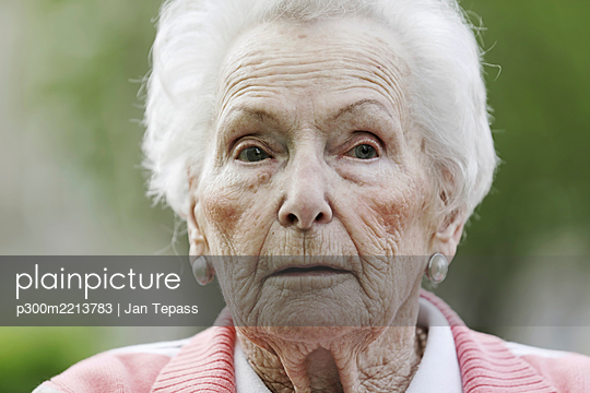 Germany, North Rhine Westphalia, Cologne, Senior woman looking away, close up - p300m2213783 by Jan Tepass