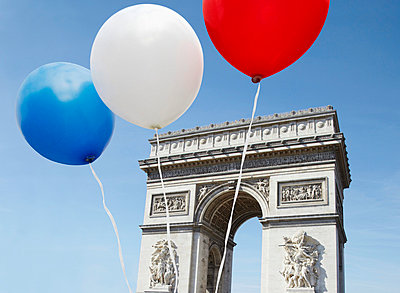 Balloons in the colors of the French flag in front of the Arc De Triomphe - p30118842f by Paul Hudson