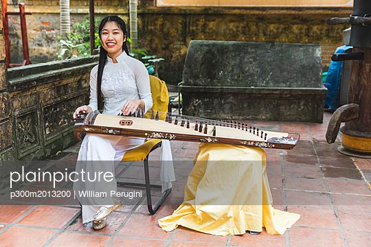 Vietnam, Hanoi, young woman with Dan tranh - p300m2013200 von William Perugini