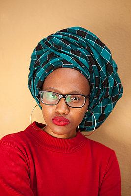 Afrikanerin mit kariertem Turban - p045m1286223 von Jasmin Sander
