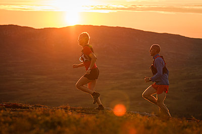 Couple running in mountains - p312m1180427 by Niclas Vestefjell