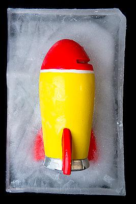 Eingefrorene Spielzeugrakete - p451m1491991 von Anja Weber-Decker