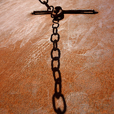 Rusty chain  - p813m916223 by B.Jaubert