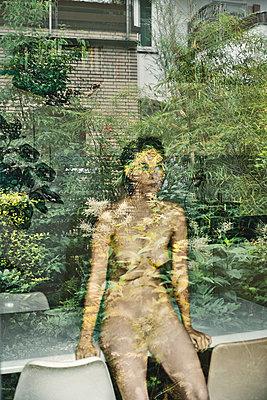 Nackte Frau und Pflanzen - p1012m2020533 von Frank Krems