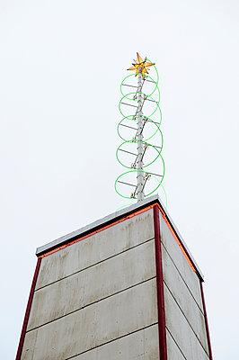 Weihnachtsdekoration mit Stern auf einem Dach - p1196m1185177 von Biederbick & Rumpf