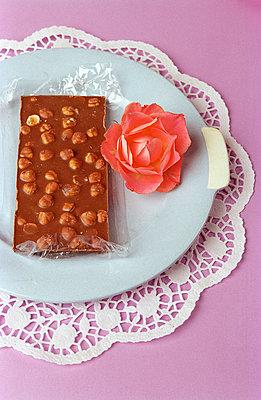 Teller mit Schokolade und Rosen - p1650088 von Andrea Schoenrock