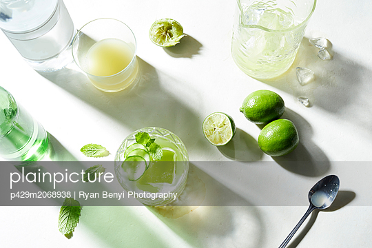Lime and soda cocktail preparation, overhead view - p429m2068938 by Ryan Benyi Photography