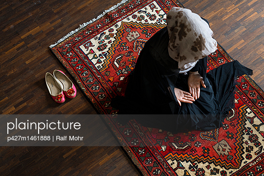 Female Muslim being at prayer - p427m1461888 by R. Mohr