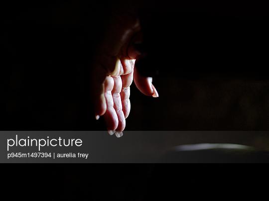Hand einer Frau - p945m1497394 von aurelia frey