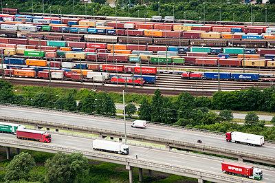 Güterverkehr auf Bahn und Strasse - p1079m890706 von Ulrich Mertens
