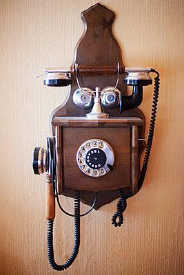 Hängendes altes Holztelefon zum Kurbeln - p1227m1185337 von indra ohlemutz