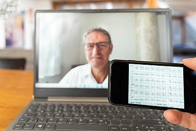 Telemedizin, Videochat mit dem Arzt - p1625m2245015 von Dr. med.