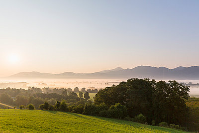 Germany, Bavaria, View of Murnauer Moos with fog at sunrise - p300m878388 by Fotofeeling