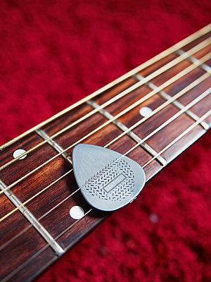 Gitarre mit Plektrum - p358m1481560 von Frank Muckenheim